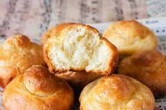 Mantequilla francesa verdadera de los ricos del pan del bollo de leche imagen de archivo libre de regalías