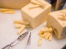 Mantequilla fresca colocada en una bandeja blanca Foto de archivo libre de regalías