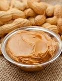 Mantequilla y cacahuetes de cacahuete en la arpillera Imagen de archivo libre de regalías