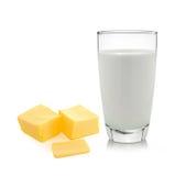 mantequilla y leche aisladas en el fondo blanco Fotografía de archivo libre de regalías