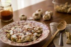 Manti/τουρκικό Ravioli με το γιαούρτι Στοκ Φωτογραφίες