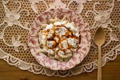 Manti/raviolis turcos con el yogur Fotos de archivo libres de regalías
