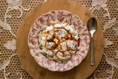 Manti/raviolis turcos con el yogur Fotografía de archivo libre de regalías