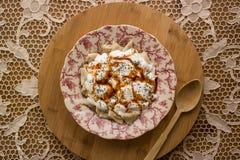 Manti/raviolis turcos con el yogur Fotos de archivo