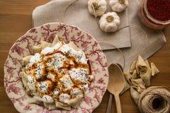 Manti/raviolis turcos con el yogur Imagen de archivo libre de regalías