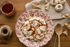 Manti/raviolis turcos con el yogur Imagenes de archivo
