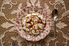 Manti/türkische Ravioli mit Jogurt stockbilder