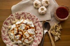 Manti/türkische Ravioli mit Jogurt stockbild
