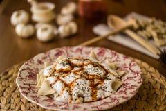 Manti/türkische Ravioli mit Jogurt lizenzfreies stockbild