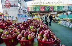 Mantimentos da compra dos povos em Jean-Talon Market foto de stock
