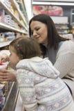 Mantimentos de compra da família no supermercado local imagens de stock
