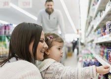 Mantimentos de compra da família no supermercado local fotos de stock royalty free