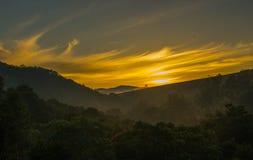 Mantiqueira för resningsol berg Minas Gerais Brasil royaltyfri bild