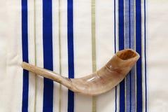 Mantón de rezo - Tallit y Shofar y x28; horn& x29; símbolo religioso judío Fotos de archivo libres de regalías