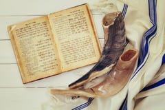 Mantón de rezo - Tallit y Shofar y x28; horn& x29; símbolo religioso judío Imágenes de archivo libres de regalías