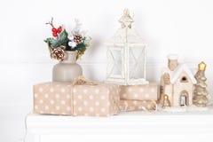 Manto del camino decorato con le candele e le ghirlande per il Natale fotografie stock libere da diritti