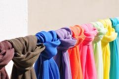 Mantones coloridos del algodón en soporte de exhibición imágenes de archivo libres de regalías