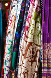 Mantones de seda que cuelgan en el mercado callejero imagen de archivo libre de regalías
