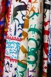 Mantones de seda que cuelgan en el mercado callejero fotografía de archivo libre de regalías