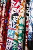 Mantones de seda que cuelgan en el mercado callejero foto de archivo libre de regalías