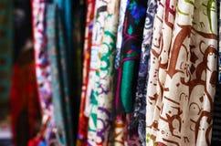 Mantones de seda que cuelgan en el mercado callejero en Estambul fotografía de archivo libre de regalías