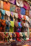 Mantones en el bazar de Estambul fotos de archivo