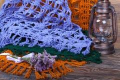 Mantones femeninos de lana hechos punto en fondo de madera Imagen de archivo libre de regalías