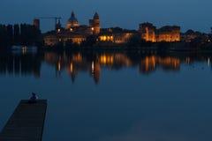 Mantova en la noche imagenes de archivo