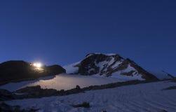 Mantova-Gebirgshütte und Piramide Vincent ragen auf Monte Rosa, Al empor Lizenzfreie Stockfotografie