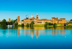 Mantova Italien: Cityscape reflekterad i vatten Gammal italiensk stadhorisont Arkivfoto