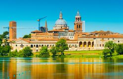 Mantova Italien: Gammal arkitektur av Mantova reflekterade i vatten Arkivbilder