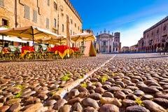 Mantova stad stenlagd piazza Sordello och idyllisk kafésikt royaltyfri fotografi