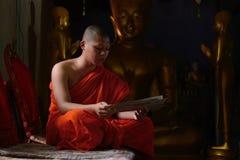 Mantra do canto da monge na frente de buddha Fotografia de Stock Royalty Free