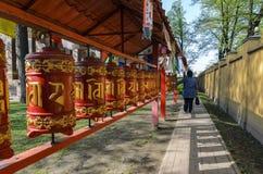 Mantras och b?ner som vrider de trogna buddistconfuciansna i den datsan templet av Buddha begreppet av fredligt a arkivbild
