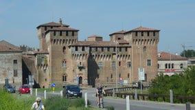 Mantua, Ιταλία - 19 Ιουλίου 2017: αυτοκίνητα στον επαρχιακό δρόμο στο μεσαιωνικό ST George Castle σε Mantua Mantova, Ιταλία φιλμ μικρού μήκους