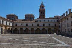 Mantua, piazza Castello architektury widok - Lombardy, Włochy: Wewnętrzna kolumnada obraz royalty free