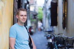 Manturist i orsakliga kläder som poserar på gatan fotografering för bildbyråer