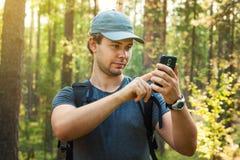 Manturist med smartphonen royaltyfri fotografi