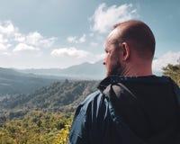 Manturisten beundrar härlig bergsikt i Bali arkivbild