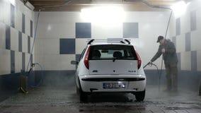 Mantvagningbil på en biltvätt arkivfilmer
