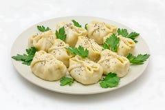 Manty con carne su un piatto bianco, immagini stock libere da diritti