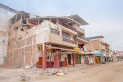 MANTY, EKWADOR MAY 11, 2017: Duzi budynki niszczący Kwietniem 16Th, 2016 podczas trzęsienia ziemi Mierzy 7 8 na Zdjęcie Royalty Free