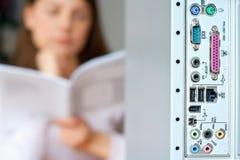 Manual de la instrucción de la mujer del ordenador Foto de archivo libre de regalías