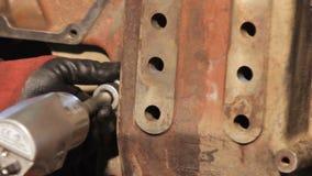 Manual do conjunto de motor Conjunto do motor diesel do caminhão apertando o parafuso com a chave video estoque