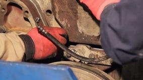 Manual do conjunto de motor Conjunto do motor diesel do caminhão girando o parafuso à mão vídeos de arquivo