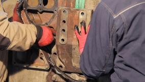 Manual do conjunto de motor Conjunto do motor diesel do caminhão girando o parafuso à mão video estoque
