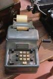 Manual mecánico antiguo de la calculadora con llaves gastadas Fotos de archivo libres de regalías