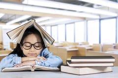 Manuale primario della lettura dello studente in aula Fotografia Stock