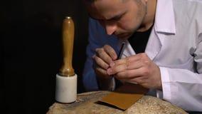 Manualmente corte da pele durante bens do couro da fabricação do ofício A oficina do skinner, close-up disparou em mostrar as mão vídeos de arquivo
