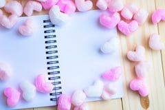 Manuar blanco en blanco con el corazón rosado del heartsPink rodeó el cuaderno Fotografía de archivo libre de regalías
